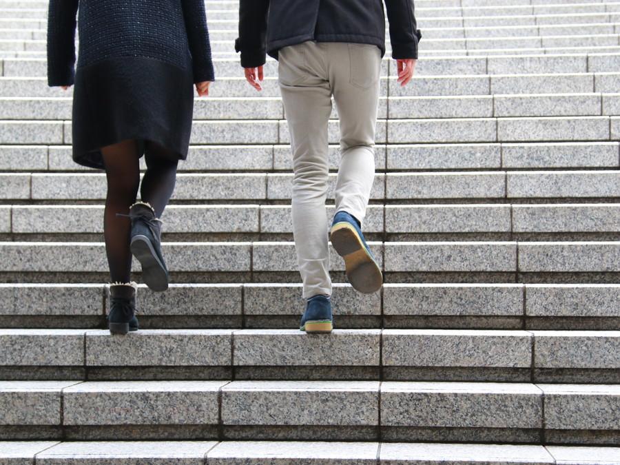 一緒に歩くカップル